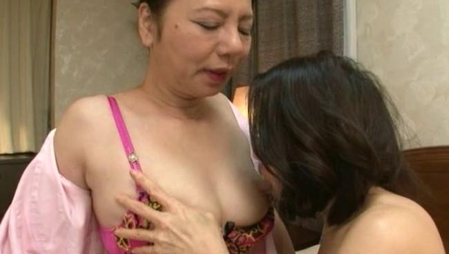 【おっぱい】女と女が激しくカラミ合いお互いの秘部を触って舐めて感じ合い秘貝を合わせて愛液を絡ませる熟女たちのおっぱい画像がエロすぎる!【30枚】 18