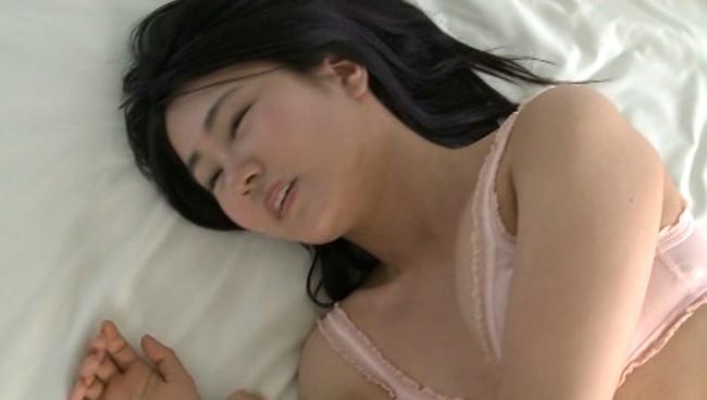 【おっぱい】綺麗なおめめがパッチリで、可愛らしさと初々しさが一緒になってたまらない!グラビアアイドル・小田倉里奈ちゃんのおっぱい画像がエロすぎる!【30枚】 15