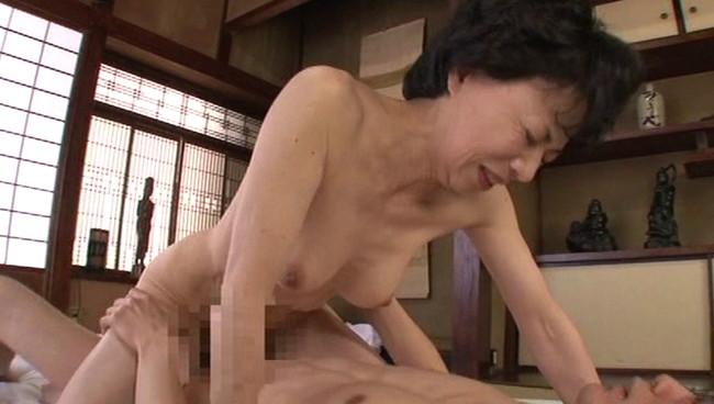 【おっぱい】田舎で起こった実録近親相姦!母の裸に欲情する息子。一つ屋根の下で許されない秘密を楽しんでいる母親のおっぱい画像がエロすぎる!【30枚】