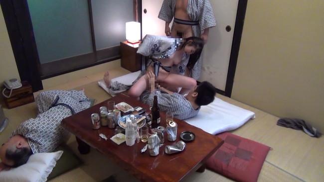 【勃起乳首】S級モデルのお姉さんや素人OLちゃんの乳首が勃起状態でコリコリ弄って吸いまくりNTRしたくなる画像集ww 08
