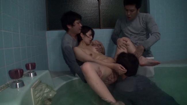 【おっぱい】深夜の大浴場でゲスな清掃員に卑猥にマ○コを舐め回され続けるクンニ痴漢された奥さんのおっぱい画像がエロすぎる!【30枚】 24