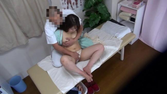 【おっぱい】整体治療院悪徳整体治療院での猥褻施術の流出盗撮!濡れた性器をマッサージされ悶絶潮吹きしちゃう女の子のおっぱい画像がエロすぎる!【30枚】 08
