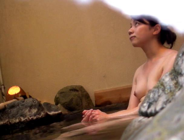 【おっぱい】湯船の中では水中カメラに気付くことなく裸体を無防備な状態で晒し続ける気を緩めた湯治客の女性たちのおっぱい画像がエロすぎる!【30枚】 06