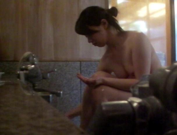 【おっぱい】湯船の中では水中カメラに気付くことなく裸体を無防備な状態で晒し続ける気を緩めた湯治客の女性たちのおっぱい画像がエロすぎる!【30枚】 07