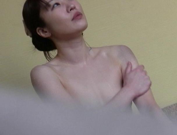 【おっぱい】湯船の中では水中カメラに気付くことなく裸体を無防備な状態で晒し続ける気を緩めた湯治客の女性たちのおっぱい画像がエロすぎる!【30枚】 28