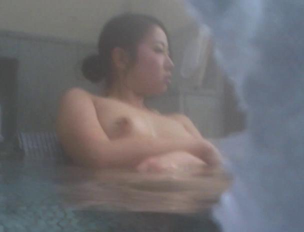 【おっぱい】湯船の中では水中カメラに気付くことなく裸体を無防備な状態で晒し続ける気を緩めた湯治客の女性たちのおっぱい画像がエロすぎる!【30枚】 29