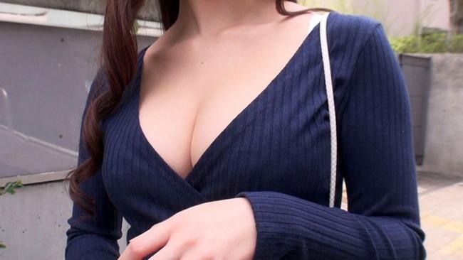 【おっぱい】胸の谷間をこれでもかと強調してくる大きいおっぱいの女の子の画像がエロすぎる!【30枚】 28