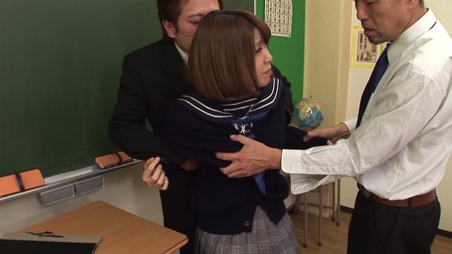 【おっぱい】現職の○校教師が自ら通う学校で、受け持ちの女子生徒たちを放課後の教室でレ○プした鬼畜画像がエロすぎる!【30枚】 23