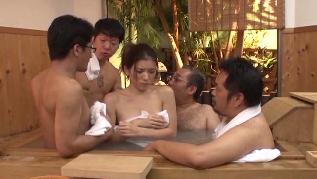 【おっぱい】夫婦水入らず。ふたりで貸切にしたはずの旅先の温泉でヤ○ザの情婦にされた人妻たちのおっぱい画像がエロすぎる!【30枚】