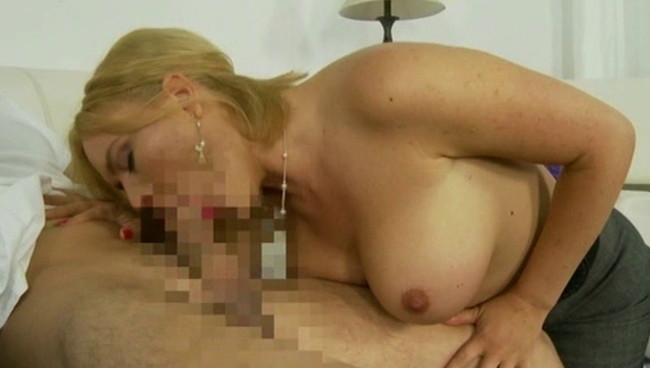 【おっぱい】こんな美女がママだったらもうやるっきゃ無い!身近な存在で性欲処理できちゃう外人のママのおっぱい画像がエロすぎる!【30枚】 19