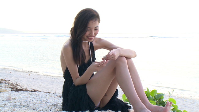 【おっぱい】青空広がるビーチで元気いっぱい遊んでいる姿がとっても可愛い!黒澤あのんちゃんのおっぱい画像がエロすぎる!【30枚】 16