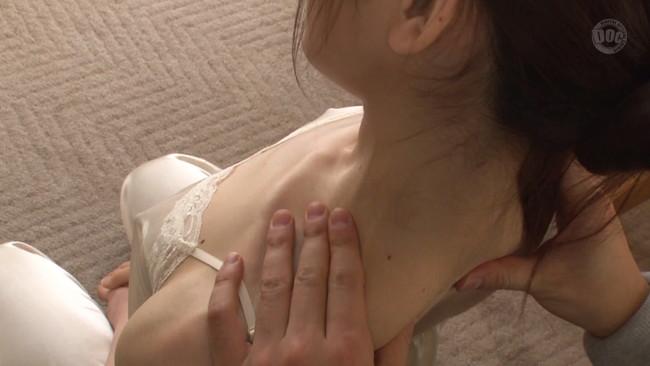 【おっぱい】見られる事に興奮したのか敏感乳首がビンビンに立っている偶然見かけた貧乳女子のちっぱい画像がエロすぎる!【30枚】 14