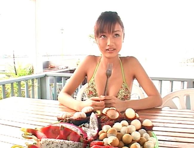 【おっぱい】雑誌「FRIDAY」でグラビアデビューを飾り、TVでも活躍する話題のアイドル・工藤里紗ちゃんのおっぱい画像がエロすぎる!【30枚】 09