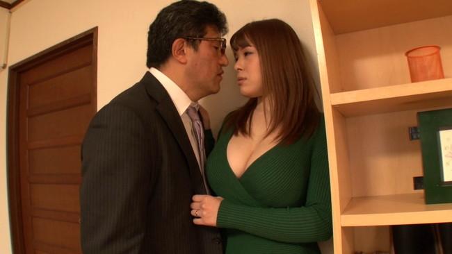 【おっぱい】突然のキスで拒む口とは正反対に火照りだすカラダ!めっきりご無沙汰な欲求不満な同僚の妻のおっぱい画像がエロすぎる!【30枚】 14