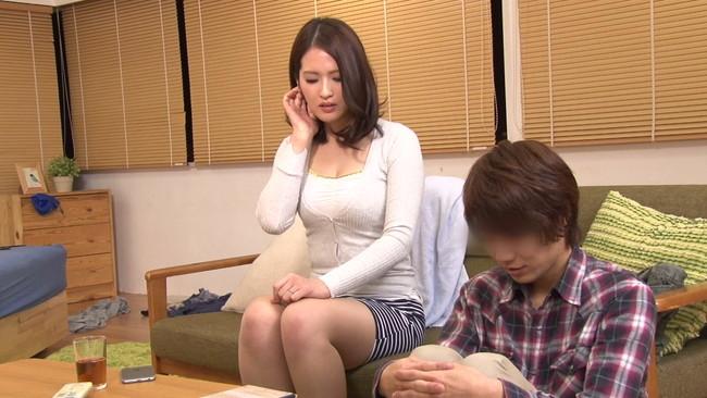 【おっぱい】ウブな上京大学生を襲ってしまう!マンションの隣の部屋に住む性欲過剰の肉食巨乳人妻さんたちのおっぱい画像がエロすぎる!【30枚】