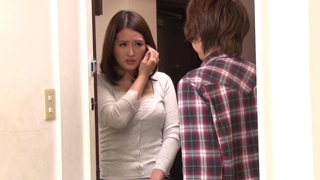 【おっぱい】ウブな上京大学生を襲ってしまう!マンションの隣の部屋に住む性欲過剰の肉食巨乳人妻さんたちのおっぱい画像がエロすぎる!【30枚】 21