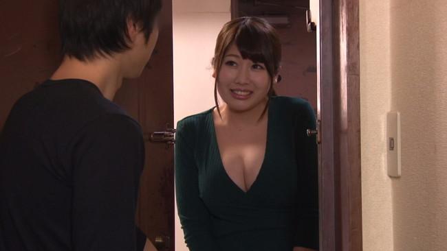 【おっぱい】ウブな上京大学生を襲ってしまう!マンションの隣の部屋に住む性欲過剰の肉食巨乳人妻さんたちのおっぱい画像がエロすぎる!【30枚】 22