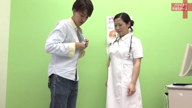 【おっぱい】純白のナース服を脱がされてセックスしまくりたい!バツイチで子持ち、訳あり看護師さんのおっぱい画像がエロすぎる!【30枚】 25