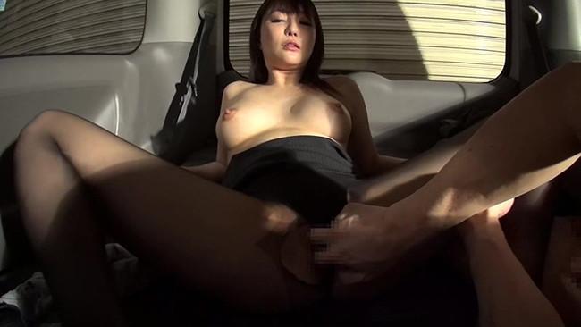 【おっぱい】車の中でエッチなことを始めちゃっている女の子のおっぱい画像がエロすぎる!【30枚】 22