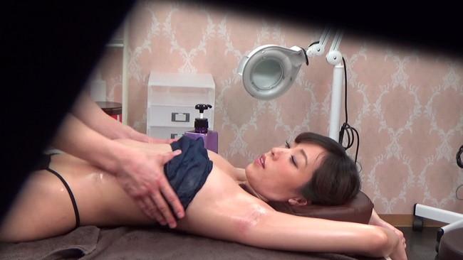 【おっぱい】アロママッサージで乳房と足のつけ根をじっくり揉まれ嫌がるが、体はピクピク動きだす素人妻たちのおっぱい画像がエロすぎる!【30枚】 17