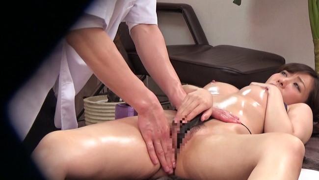 【おっぱい】アロママッサージで乳房と足のつけ根をじっくり揉まれ嫌がるが、体はピクピク動きだす素人妻たちのおっぱい画像がエロすぎる!【30枚】 22