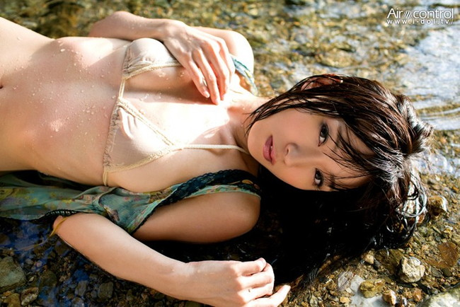 【おっぱい】グラビア・女優・バラエティなど幅広い活躍をしている階戸瑠李ちゃんのおっぱい画像がエロすぎる!【30枚】