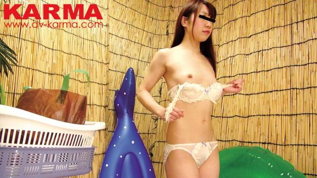 【おっぱい】海水浴場の更衣室でお着替えをしている女の子たちのおっぱい画像がエロすぎる!【30枚】 01