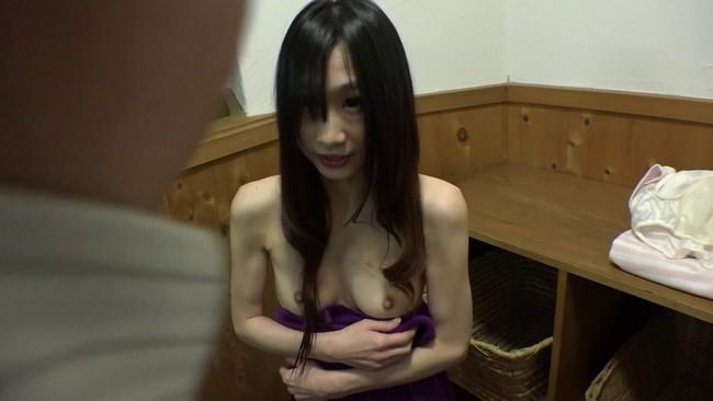 【おっぱい】入浴中の女性を覗き見、興奮して我慢できない野郎に温泉宿で夜這いされちゃっているエロいお姉さんたちのおっぱい画像がエロすぎる!【30枚】 29