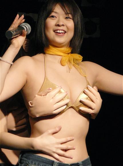 【おっぱい】ツイスターやバナナ練乳舐めで魅せる。人懐っこい笑顔がとてもキュートな巨乳グラドル・シーナ茜ちゃんのおっぱい画像がエロすぎる!【30枚】 29