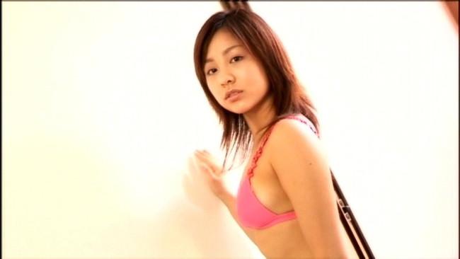 【おっぱい】TV番組にグラビアに写真集などで大人気!とろける笑顔のお姫様、鈴木あきえちゃんのおっぱい画像がエロすぎる!【30枚】 30