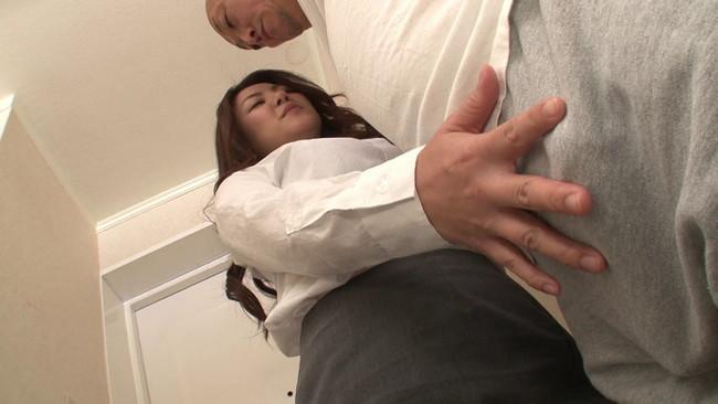 【おっぱい】胸チラ、パンチラ当たり前!突然現れたスーツ姿の新手のマルチ商法セールスレディのおっぱい画像がエロすぎる!【30枚】