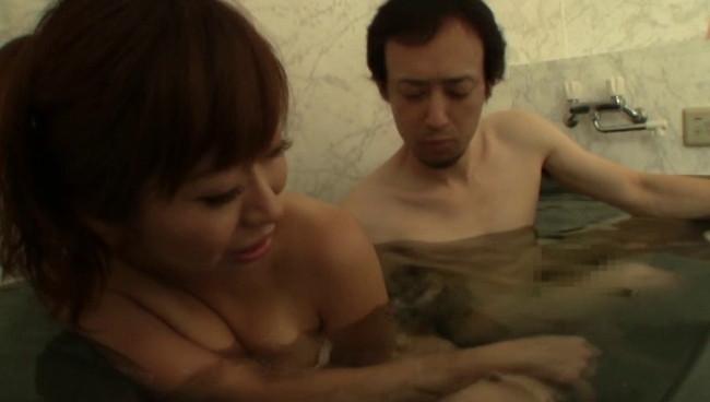 【おっぱい】民宿の貸切風呂で男性と二人っきり?!気まずい雰囲気の中、展開されるエロ行為に満足する若奥様のおっぱい画像がエロすぎる!【30枚】 21