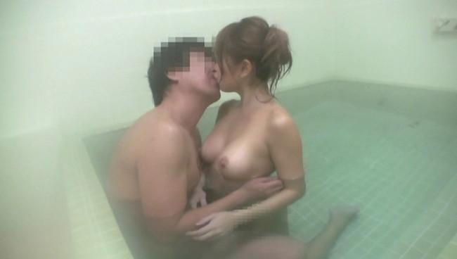 【おっぱい】民宿の貸切風呂で男性と二人っきり?!気まずい雰囲気の中、展開されるエロ行為に満足する若奥様のおっぱい画像がエロすぎる!【30枚】 23