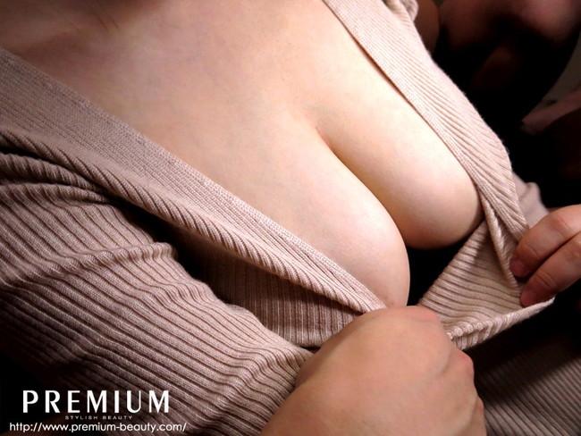 【おっぱい】ニットの服着て巨乳を見せびらかす女の子のおっぱい画像がエロすぎる!【30枚】 03