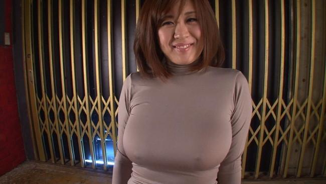 【おっぱい】ニットの服着て巨乳を見せびらかす女の子のおっぱい画像がエロすぎる!【30枚】 16