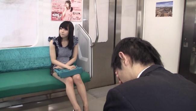 【おっぱい】ワザとパンチラさせている、ガラガラの電車で前に座っている痴女な女の子のおっぱい画像がエロすぎる!【30枚】 23