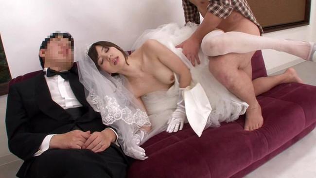 【おっぱい】ウェディングドレスを着たままエッチなことをしちゃっている女の子のおっぱい画像がエロすぎる!【30枚】 15