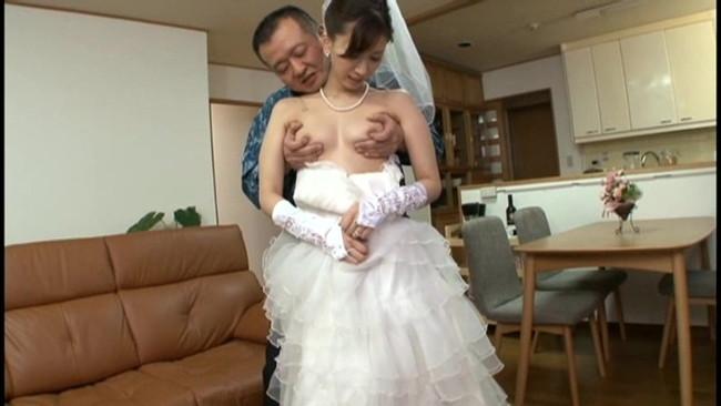 【おっぱい】ウェディングドレスを着たままエッチなことをしちゃっている女の子のおっぱい画像がエロすぎる!【30枚】 20