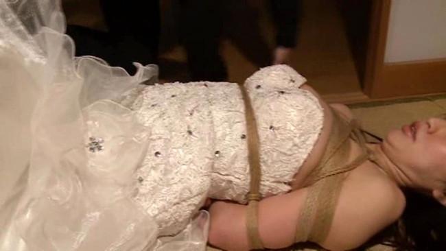 【おっぱい】ウェディングドレスを着たままエッチなことをしちゃっている女の子のおっぱい画像がエロすぎる!【30枚】 23