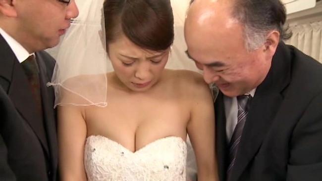 【おっぱい】ウェディングドレスを着たままエッチなことをしちゃっている女の子のおっぱい画像がエロすぎる!【30枚】 25