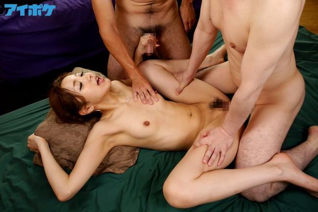 【おっぱい】複数の男性と乱交プレイして感じている女の子のおっぱい画像がエロすぎる!【30枚】 25