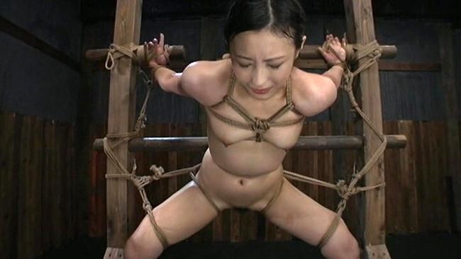 【おっぱい】屈辱な拷問をされ続ける女性のおっぱい画像がエロすぎる!【30枚】 21
