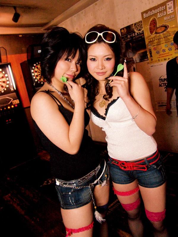 【おっぱい】エッチなサービスまでしてくれるガールズバーの女の子たちのおっぱい画像がエロすぎる!【30枚】