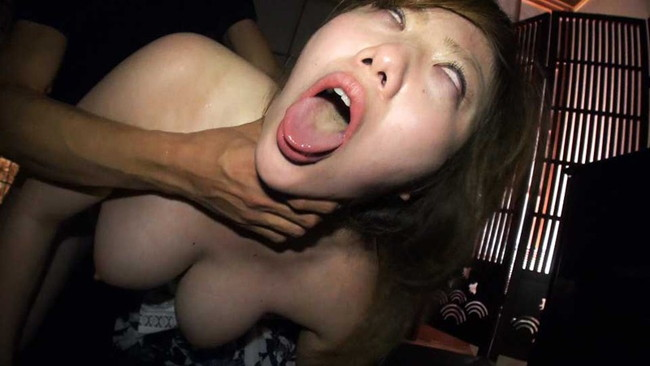 【おっぱい】首絞めセックスでイっちゃっている女の子のおっぱい画像がエロすぎる!【30枚】 17