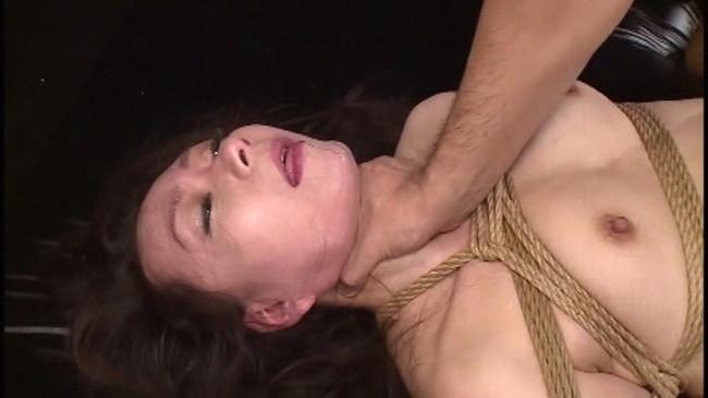 【おっぱい】首絞めセックスでイっちゃっている女の子のおっぱい画像がエロすぎる!【30枚】 27