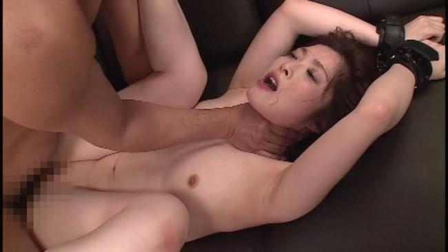 【おっぱい】首絞めセックスでイっちゃっている女の子のおっぱい画像がエロすぎる!【30枚】 28