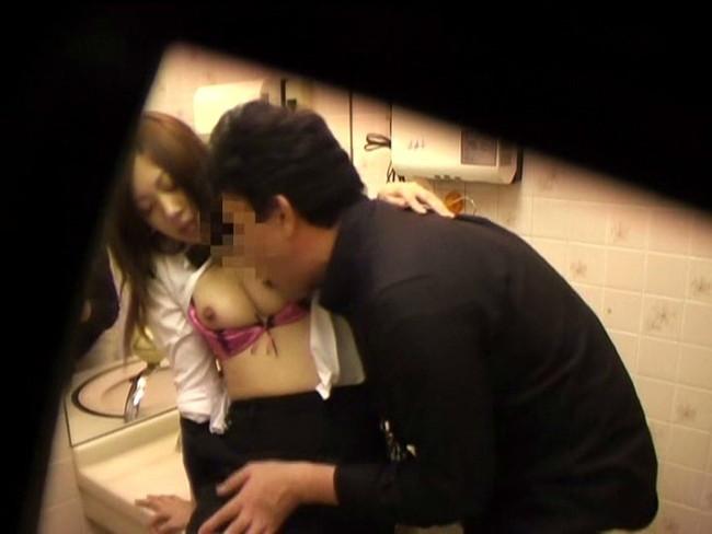 【おっぱい】営業の合間にエッチなことをしちゃったパチンコ店員の女の子のおっぱい画像がエロすぎる!【30枚】 30
