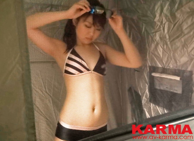 【おっぱい】海水浴場のシャワールームで盗撮された女の子のおっぱい画像がエロすぎる!【30枚】 01
