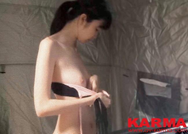 【おっぱい】海水浴場のシャワールームで盗撮された女の子のおっぱい画像がエロすぎる!【30枚】 03
