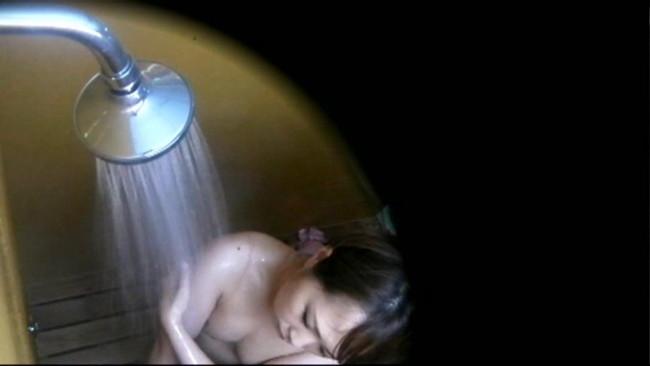 【おっぱい】海水浴場のシャワールームで盗撮された女の子のおっぱい画像がエロすぎる!【30枚】 30